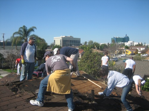 Penn Serves LA volunteers on the roof for Habitat for Humanity Los Angeles