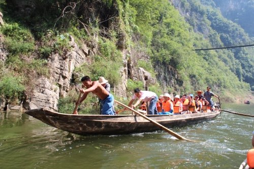 Our alumni brave the sampan for a closer look at one of the Lesser Gorges.