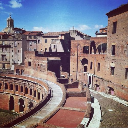 An example of Dar's Instagram from a few weeks ago with this caption: The curve. Romans perfected the arch. Here, in Trajan's Markets they turned it on its side (and lined it with shops) to hold back the Quirinal Hill #culturalheritage #rome #archaeology