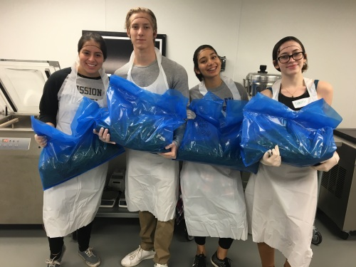 Penn Serves LA volunteers with green beans at L.A. Kitchen